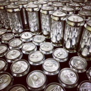 ラベルを貼る前の缶ビール