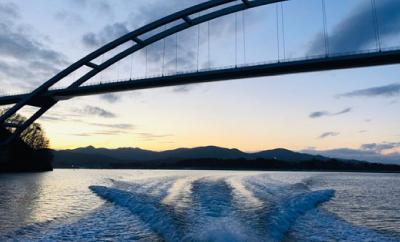 真下からのぞく大島大橋