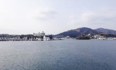 漁港風景を船から臨む